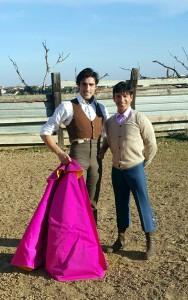 Javier Antón posa con el también matador de toros Rubén Darío en la finca Los Mimbrales.