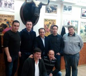 La junta directiva del Club Taurino de Peralta rodeando a Paco Aguado, en el centro de la imagen.