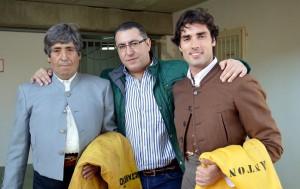 Los diestros Jorge Motril y Javier Antón con un aficionado.