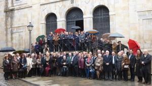 Los socios del Club Taurino de Pamplona en la escalinata de loso Carmelitas Descalzos.