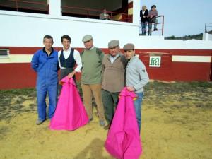 Francisco Marco y Pablo Simón, con capotes, entre los ganaderos y el mayoral en la plaza de tientas de La Losica.