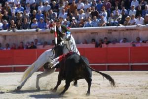 'Chicuelo' quebrando a un toro en la plaza de Nimes.