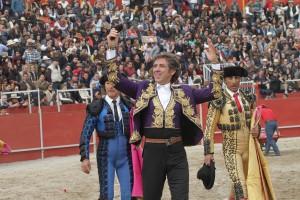 El caballero navarro pasea en triunfo uno de los dos trofeos conseguidos en Val'Quirico.