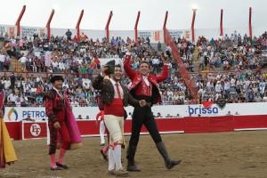 Hermoso da la vuelta al ruedo triunfal tras cobrar las dos orejas junto a René Tirado, cabo de los forcados de Mazatlán.