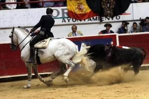 Hermoso, en Orizaba, toreando con 'Duende', caballo que cautivó a los tendidos.