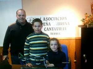 El ganadero Fernando Ganuza con sus hijos, Jon y Nagore, en Cantavieja junto al trofeo conseguido.