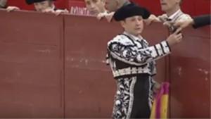 Manolo de los Reyes coge su capote tras banderillear al cuarto