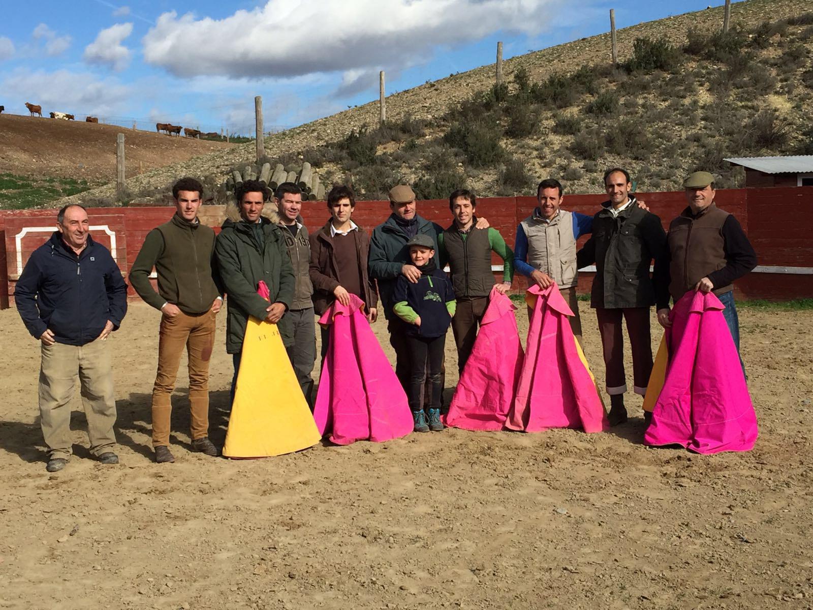940ae403a827e Los participantes en el tentadero con el ganadero Ricardo Fraguas en el  centro de la imagen