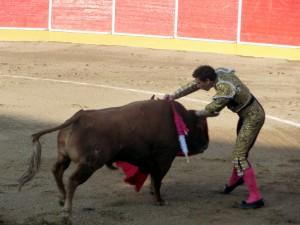 Con esta estocada acabó Jiménez Fortes con el segndo del festejo.