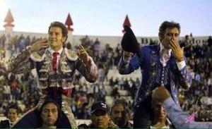 El caballero navarro sale a hombros en Texcoco junto a Saldívar.