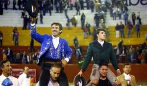El caballero navarro sale a hombros en Tlaquepaque junto con el novillero Rafael Sesma. Fotografía: Emilio Méndez.