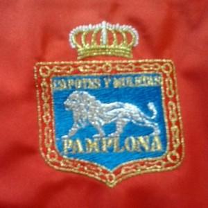 Escudo de Pamplona con el nombre bordado de la nueva sastrería.