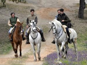 Pedro Gutiérrez Moya, primero por la izquierda, cabalgando en su finca salmantina con su hijo, Pero Gutiérrez Lorenzo, y con Roberto Armendáriz, a la derecha.