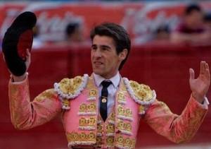 Francisco Marco saluda al público triunfalmente.