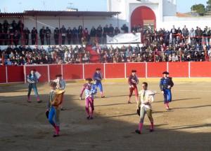 Primer paseíllo de la temporada taurina de Navarra con unos tendidos llenos de público, pese al frío reinante.
