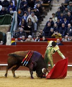 Natural de Roca Rey al cuarto, de Toros de Cortés, al que le cortó las dos orejas. Fotografía: Arjona.