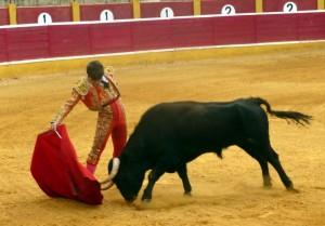 Derechazo largo de Javier Marín al primer toro de Condesa de Cabral.