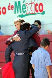 Jorge Mata, abrazado a Hermoso de Mendoza tras brindarle su toro.