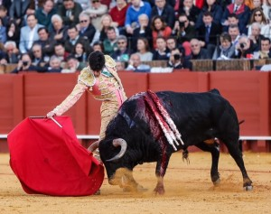 Derechazo de López Simón al tercer Jandilla ayer en Sevilla. Fotografía: González Arjona.