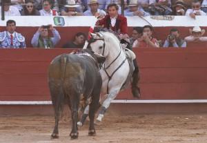 Hermoso en Pachuca sobre 'Duende', que sufrió una cornada en el anca derecha.