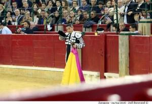 Manolo de los Reyes saluda montera en mano en la plaza de Zaragoza.