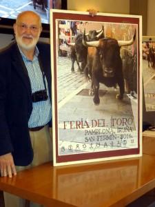 Pío Guerendiain junto al cartel de la feria.
