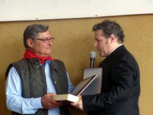 Manolo de los Reyes recibe el I Trofeo a la Promoción de la Tauromaquia de manos de Patxi Garbayo, presidente la Federación Taurina de Navarra.