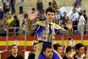Toñete saliendo a hombros el año pasado en Almería.
