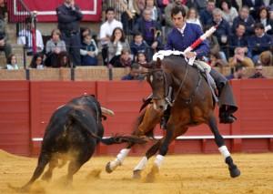 Armendáriz toreando con 'Ranchero', ayer en la Maestanza de Sevilla. Fotografía: pablohermoso.net