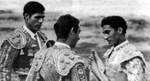 José Luis de la Casa, a la derecha, recibe la alternativa de manos de Luis Segura, ante Emilio Oliva, en Las Ventas.