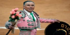 Rodolfo Rodríguez 'El Pana' dando una vuelta al ruedo.
