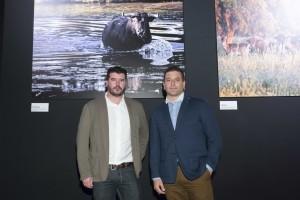Arsenio Ramírez y Gorka Azpilicueta ante dos de sus fotografías de gran formato.