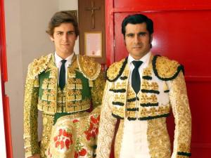 Javier Marín y Francisco Expósito el año pasado en el patio de caballos de Peralta antes de hacer el paseíllo.