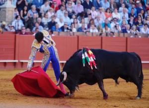 Derechazo de Pablo Aguado a un utrero de El Parralejo en Sevilla. Fotografía: Arjona.