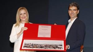 Cristina Cifuentes y José tomás muestran el premio de la Tauromaquia de Madrid. Fotografía: Aplausos.es