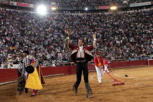 Hermoso pasea en triunfo el rabo conseguido en la Monumental de México.