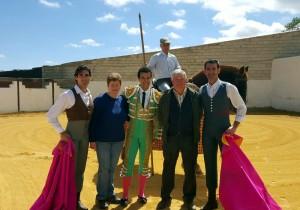 En la plaza de tientas de Castillo de la Reina, con los ganaderos, con Víctor Puerto y El Nico.