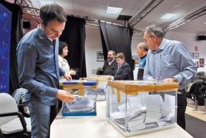 Momento en el que los concejales retiran la cinta con la que se cerraron las urnas de la consulta. En la imagen Uriz, Oyaga, Etxarte, De Goñi y López, junto a un policía. Fotografía: Calleja.