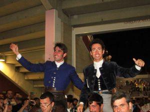 Armendáriz, a la izquierda, y Leonardo Hernández salieron a hombros en Torrejón de Ardoz. Fotografía: Pablo García.