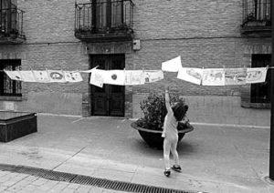 Una niña intenta coger uno de los dibujos expuestos. Fotografía: Juan Suberviola.