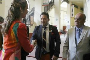 Gustavo Alegría, vicepresidente de la Federación Taurina de Navarra, estrecha la mano de la infanta Elena.
