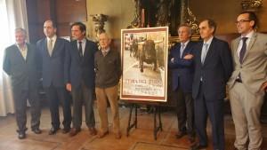 La comisión taurina junto al cartel y al diestro Eduardo Dávila Miura.