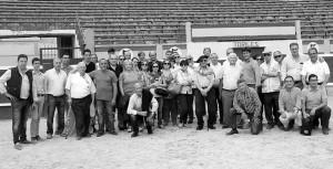 Un nutrido grupo de aficionados tudelanos posan con los toreros del tentadero en la plaza de Tudela.