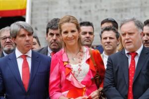 Tras la infanta, a la izquierda, Juan José Crespo, y a la derecha, Patxi Garbayo y Gustavo Alegría.