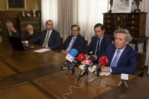 La comisión taurina, con Dávila Miura en el centro, en un momento de la presentación de los carteles sanfermineros. Fotografía: I. M.