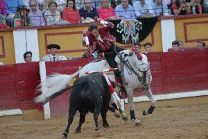 El caballero navarro, con 'Pirata', clavando un par de cortas en Badajoz.