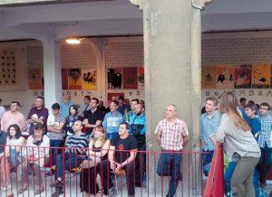 Numerosos corredores conocidos acudieron a la presentación de libro '7 de julio' en la zona del apartado de la plaza de toros de Pamplona.