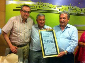 Los aficionados Ramón Villanueva y Antonio Cueva junto a Pepe Teruel, que sostiene el cartel enmarcado de su alternativa.
