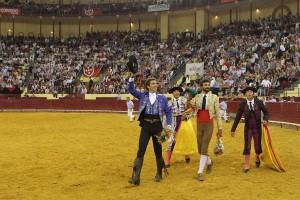 Hermoso de Mendoza dando la vuelta al ruedo en la catedral del toreo a caballo, repleta de público.