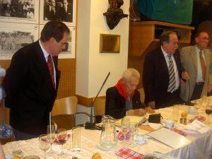 De izda. a dcha., el sociólogo Jorge Ramón Sarasa, Francisco Cano, Ignacio Usechi y Jesús García Urbina, presidente y vicepresidente por entonces del taurino pamplonés.